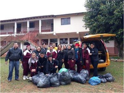 Misiones: Estudiantes y bomberos entregan abrigos y víveres