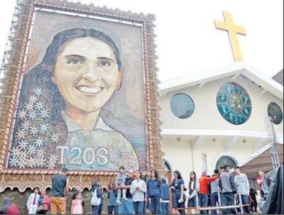 Devotos esteños contemplan con fe retablo de Chiquitunga