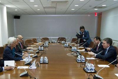 Argentina y el FMI dialogan en Washington, el peso opera estable