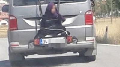 Llevó a su hija de 13 años atada al portabicicletas
