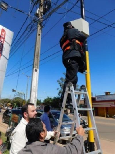 Instalan nuevos semáforos en el centro de Coronel Oviedo