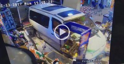 Un vehículo ingresó a un supermercado de Villarrica
