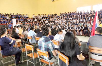 Rubén Rojas movilizó a centenares de estudiantes para entregar 100 sillas