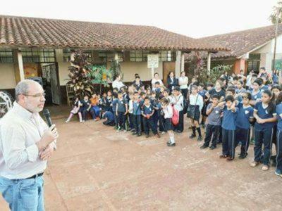 Tienen cerrada aula hace tres años en escuela de Hernandarias, pero autoridades les ignoran