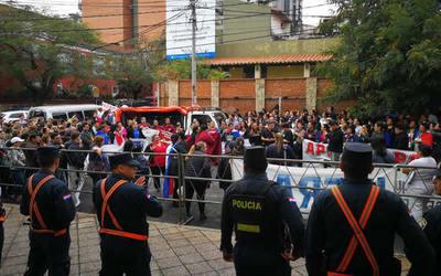 Funcionarios de blanco protestan por anulación de concurso en Salud Pública