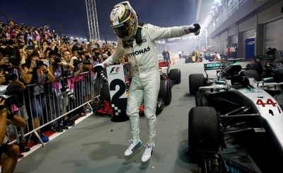 HOY / Hamilton gana en Singapur y aumenta su ventaja sobre Vettel