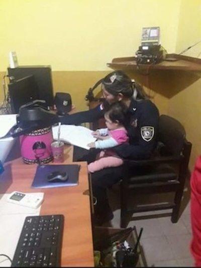 Tierna mamá policía  se volvió suceso viral