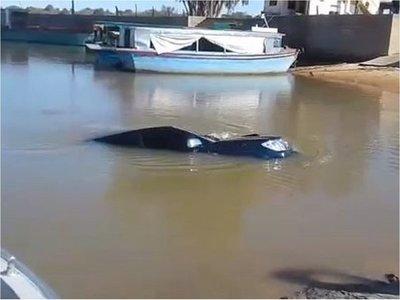 Fue a pescar y su camioneta se hundió en aguas de un riacho