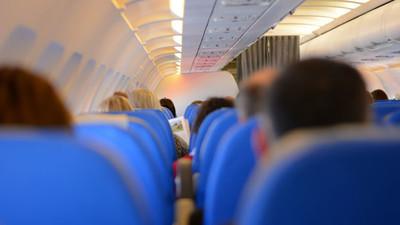 Arma escándalo en avión por sentir calor