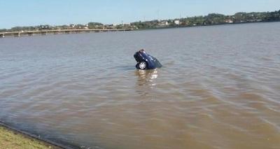 Fue a caminar y terminó con el auto totalmente hundido en un arroyo