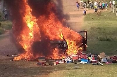 Auto ardió en llamas con toda la mercadería