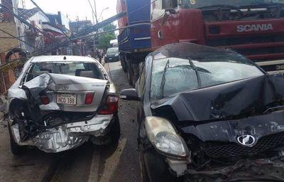 Chofer de camión pierde el control y arrastra a siete vehículos en zona del Abasto
