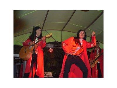 The Fenders causa furor cantando La Vaca Lola
