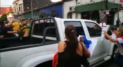 Ciudadanos arrojan agua y tierra a González Daher