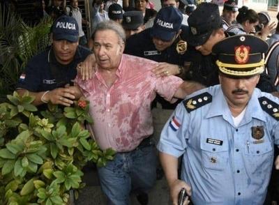 """HOY / González Daher """"bañado"""" por  manifestantes a su salida de la  Fiscalía, el momento más tenso"""