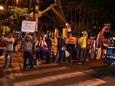 """Entre banderas y petardos, celebran imputación y """"cárcel para Peluquín"""""""
