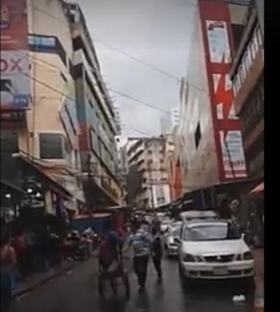 Cartel publicitario casi mata a trabajador en Ciudad del Este