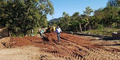Municipalidad de Ybytymi construye empedrados