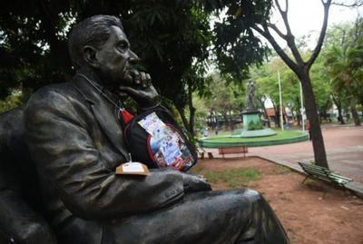 Colocan mochilas a estatuas de Asunción exigiendo mejor educación