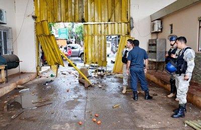 """""""Motopaseros"""" atropellan la aduana en cabecera del Puente de la Amistad"""