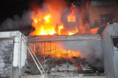 Incendio consume varios comercios en mercado de Nanawa