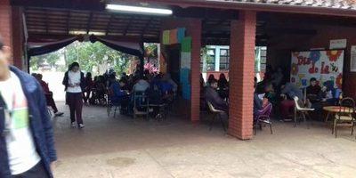 Toma del Centro Regional de Educación busca salida de la directora Perla Ramírez