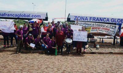 Tercer día de protesta de exfuncionarios de fábrica de jeans