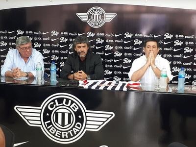 Con presencia de Cartes, Álvarez firma con Libertad por dos años