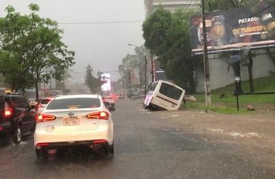 """Bus """"encalla"""" en avenida asuncena a causa de raudales"""