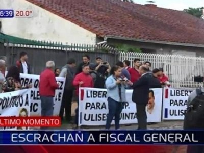Seguidores de Ulises Quintana escrachan a fiscala Sandra Quiñónez