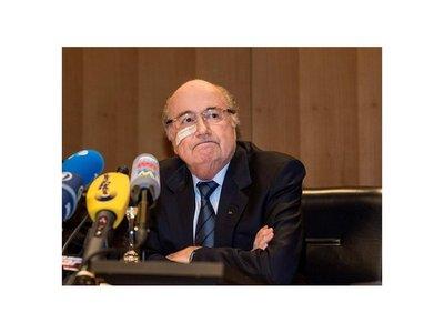 Blatter estudia demandar a FIFA para limpiar su figura