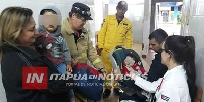 POLICÍA RESCATÓ A NIÑOS BAJO LA LLUVIA Y LO CARGÓ HASTA LLEGAR A UN CENTRO DE SALUD.