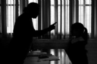 Docente pasará 2 años en la cárcel por maltratar a sus alumnos