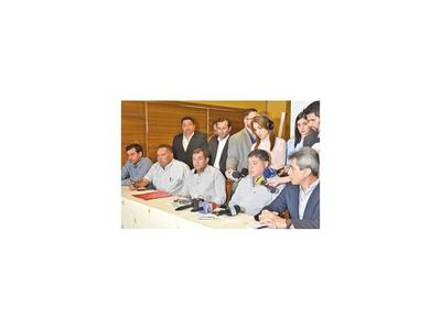 Operadores y gremios se unen contra titular de Petropar