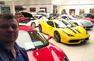 Senador Amarilla presume autos de colección