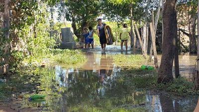 Crecida del río Paraguay obliga evacuación de casi 300 familias