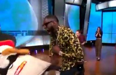Boxeador le fractura la mandíbula a la mascota de programa en plena transmisión en vivo