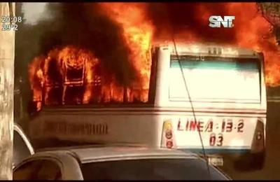 Un ómnibus de pasajeros se incendió
