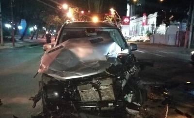 HOY / Salió a Mariscal López por calle de contramano y reventó su Mercedes