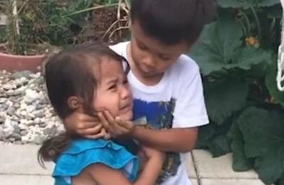 El tierno video de un niño consolando a su hermana que es viral en Facebook