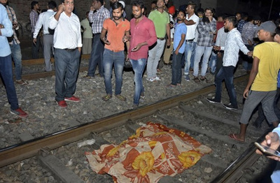 Un tren arrolló a una multitud en India: hay al menos 50 muertos