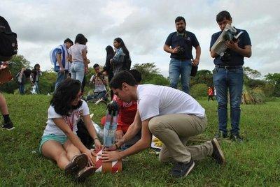 Lanzan cohetes hechos de material reciclado