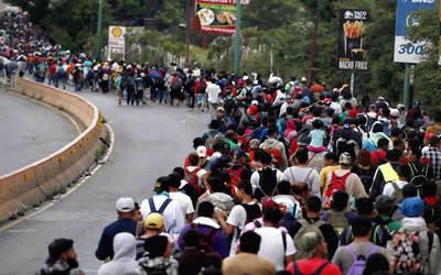 Migrantes irrumpieron en territorio mexicano tras derribar rejas de la frontera con Guatemala