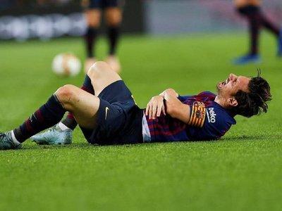Messi se lesiona el brazo derecho y se perdería el clásico