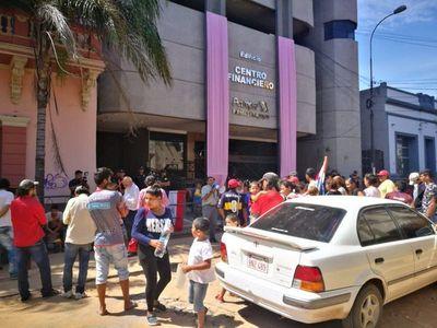 """""""Ciudadanos hambreados por Petropar"""" piden destitución de Patricia Samudio"""