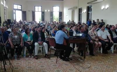 """Funcionarios municipales y de la Gobernación """"completan quorum"""" para rendición de cuentas de Tati Urbieta"""