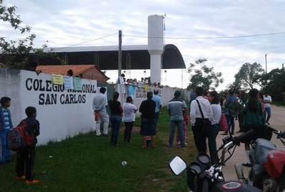 Estudiantes toman colegio en San Carlos del Apa