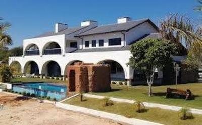 HOY / 5 moteles, 8 inmuebles y US$ 300.000 de Cucho pasan al fisco: dinero sucio le cae bien al Estado