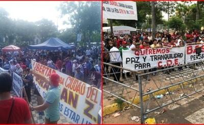 Manifestantes a favor y contra de la intervención frente al congreso