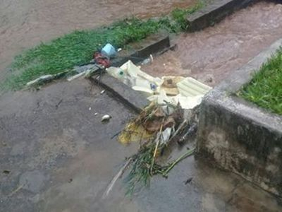 Villa del Maestro: Se quejan de vecinos que tiran basuras al canal de agua